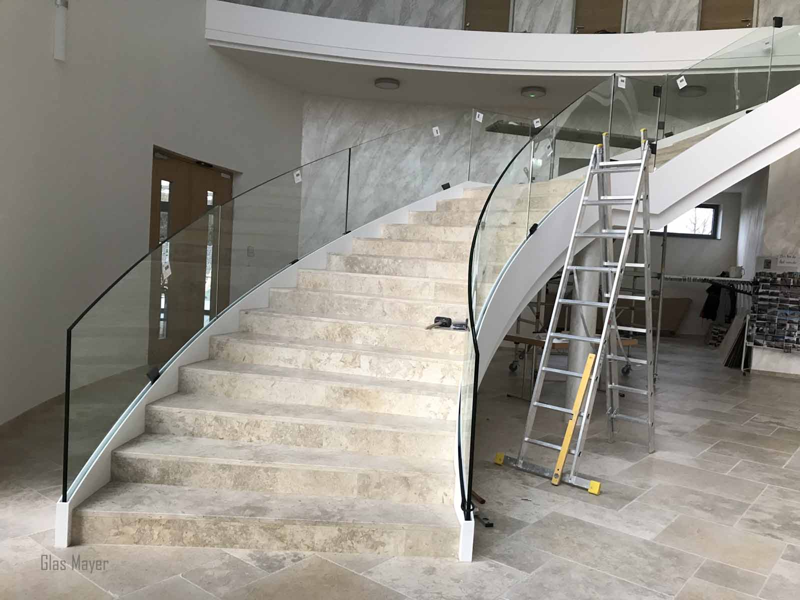gebogenes glas treppenaufgang aufmass