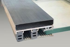 Glasverlegeprofile für VSG besteht aus: Universal Oberprofil mit Rippendichtungen, Distanzprofil und Flachbandprofil, mit Klemmdeckel in der Farbe alu