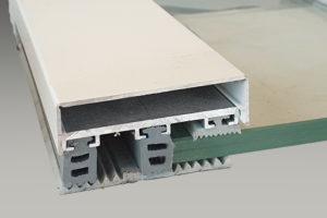 Glasverlegeprofile für VSG besteht aus: Universal Oberprofil mit Rippendichtungen, Distanzprofil und Flachbandprofil, mit Klemmdeckel in der Farbe weiß